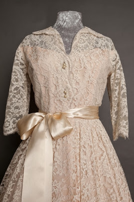 A guide to vintage lace wedding dresses, classic 1950s lace wedding dress with open collar